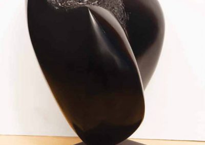 Mujer-de-Negro-con-Fondo-Claro-Marmol-negro-Belga-26x37x28-cm.